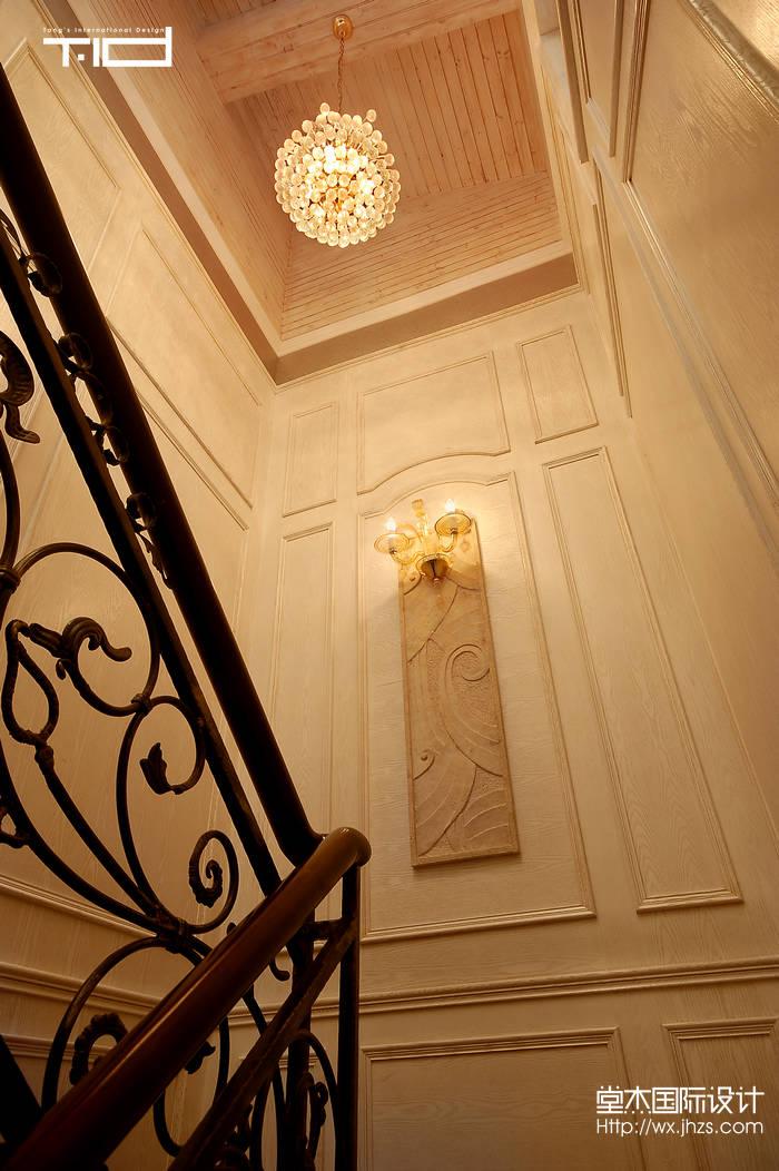 设计说明: 此户型是一个包括地下室在内共三层的别墅三,此次方案定位欧式,一楼主要是客餐厅墙面使用大理石铺贴,欧式立柱将空间隔开,顶部分区域吊顶流线型的变化,使的空间显得华丽而富丽,一楼按客户要求设计了一个健身房和中西厨,是的一楼的美观性与实用性相结合,将空间充分利用。