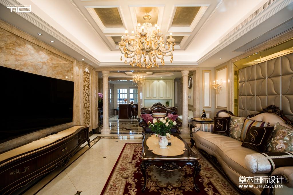 结合造型优雅的软装,打造出一个奢华大气,又不失温馨雅致的古典欧式
